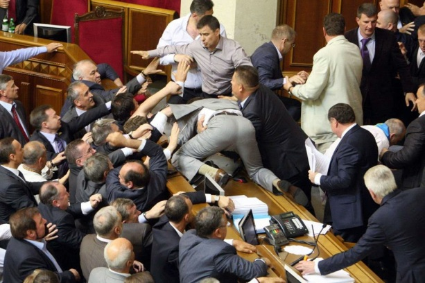 https://adversariometapolitico.files.wordpress.com/2015/03/65835-pelea_parlamento.jpg?w=613&h=409
